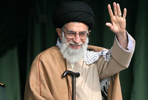 Хаменеи почти постоянно пользуется тросточкой, но для большинства выходов на люди предпочитает достаточно скромные и не вычурные варианты.