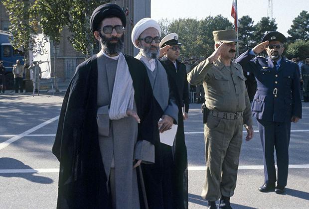 Али Хаменеи вскоре после покушения, из-за которого его правая рука навсегда осталась парализованной. 14 октября 1981 года.