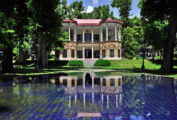 Вид на павильон Ахмад Шаха — одно из сооружений дворцового комплекса Ниаваран, который был резиденцией шаха в Тегеране.