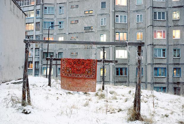 Выставка «Новый пейзаж» объединяет работы, которые осмысляют новую российскую действительность. В стране со времен распада СССР произошли колоссальные изменения, что не могло не отразиться на пейзажах.