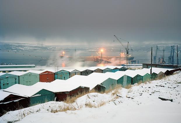 Автор проекта «Меньше единицы» родился в Таллине в 1980 году, в настоящее время живет в Москве и в Риге. Гронский работает профессиональным фотографом с 1998 года.