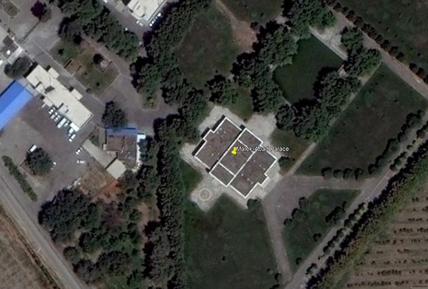 Большинство дворцов Хаменеи засекречены, в распоряжении оппозиции есть лишь снимки с Google Maps. Это, например, вид со спутника на дворец Малекабад в Мешхеде.