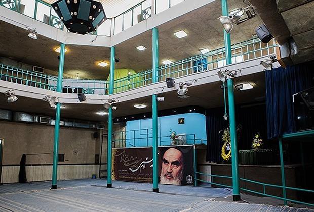 А это для сравнения резиденция аятоллы Хомейни Джамаран, в которой он жил с 1979 по 1989 годы. Общая площадь дома не превышала 200 квадратных метров. Сейчас Джамаран превращен в музей.