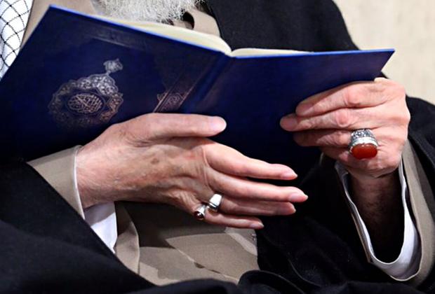 Хаменеи часто дарит свои перстни иранцам, причем не только своим высокопоставленным союзникам, но и простым гражданам.