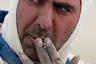 Для пилотов сигарета — верный способ успокоить нервы. Итальянец Анхело Монтико потихоньку приходит в себя. Короткий перекур — и снова в путь.
