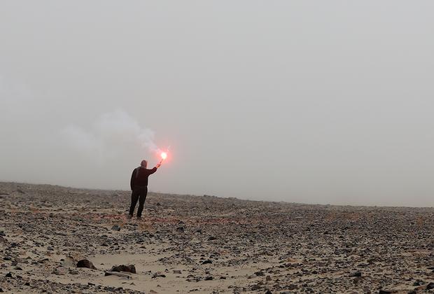 Пилотам легко потеряться в пустыне, даже если у них на борту установлена новейшая навигационная техника. На всякий случай путь водителям указывают организаторы гонки. Этьенн Лавинь зажигает файер в тумане перуанского бездорожья.