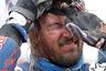 Финиш... Тоби Принс из Австралии спешит поскорее снять шлем, под которым скопилась тонна песка.