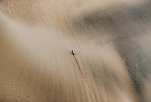 От старта до финиша перед глазами водителей — песок и пустота, пустота и песок.