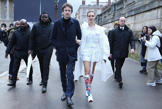 Наталья Водянова с партнером Антуаном Арно на показе Louis Vuitton в Париже, январь 2019 года