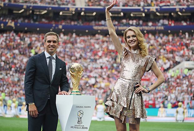 Экс-чемпион мира в составе сборной Германии Филипп Лам и Наталья Водянова с кубком чемпионата мира по футболу