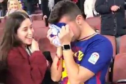 Игрок «Барселоны» отдал футболку фанату и заставил его рыдать в плечо девушки