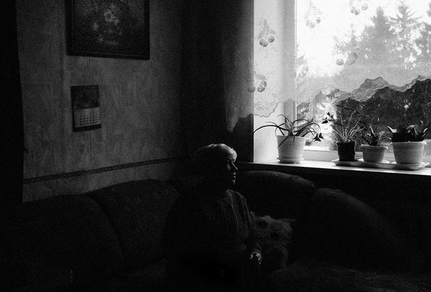 Сейчас Зинаиде Александровне 79 лет. Она встретила войну и блокаду во Всеволожске, была эвакуирована в 1943 году, вместе с матерью и другими детьми, которых приютила ее семья. Эвакуация проходила по Ладоге. Вся семья села в одну машину. Зинаида Александровна помнит, что никакого страха не было. Она была слишком мала, чтобы страшиться происходящего, но сейчас вспоминать жутко.