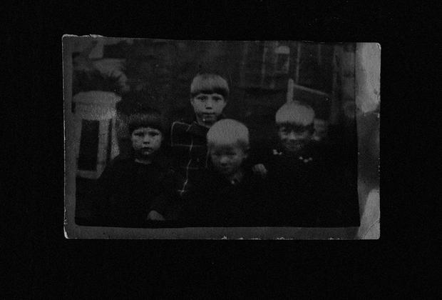 Во время войны Всеволожск был небольшим рабочим поселком. Только в 1963 году получил статус города. Это первый крупный населенный пункт на Дороге Жизни. <br><br> В Блокаду многие семьи рабочего поселка принимали бежавших из Ленинграда. На фото: Зинаида Александровна Сорокина (вторая справа) с детьми, которых приютила ее семья во время войны.
