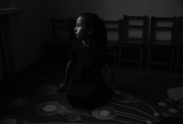 История почти каждой семьи в этих местах так или иначе связана в событиями тех лет. <br><br> На фото: девочка Маша после часа занятий в Доме юного творчества во Всеволожске. Машин прадед был ветераном войны.