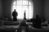 Пациенты больницы в Ириновке смотрят на Дорогу Жизни через окно.