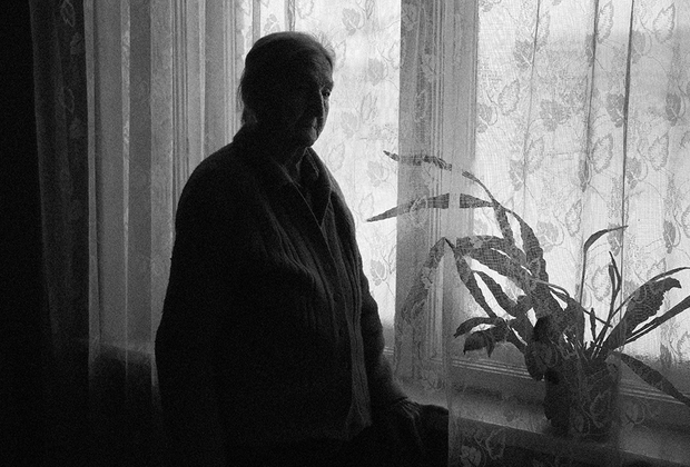 В поселке Ваганово во время войны находился важнейший пункт связи, который соединял блокадный Ленинград с Большой землей с помощью проложенного по дну Ладоги кабеля. Советские водолазы в тяжелейших костюмах сутками работали на дне озера, чтобы обеспечить город связью.  <br><br> Светлана Михайловна Иванцова (94 года) работала на пункте связи в поселке. Прекрасно помнит каждодневные бомбежки, ее пункт чудом остался стоять. Светлана Михайловна принимала сообщения и передавала их дальше руководству —  сообщения о том, чтобы ленинградцы держались.  <br><br> Отец Светланы Михайловны был водителем на Дороге Жизни. <br><br> Он ушел в рейс и не вернулся. Светлана Михайловна думает, что его машина как и сотни других полуторок ушла под лед, в полынью. Возвращаясь из очередного рейса, отец рассказывал дочери про работу. Ей больше всего запомнилось, что отец как и другие водители ездил по льду с открытой дверью, чтобы при попадании в полынью можно было бы сразу выпрыгнуть из машины. На глазах водителей постоянно гибли люди, так как спасти уходящих под воду не было никакой возможности.