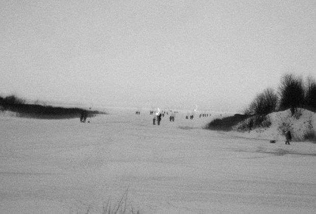 Берег Ладожского озера в Кобоне — место, куда прибывали полуторки с эвакуированными из Ленинграда. Сейчас его облюбовали рыбаки.