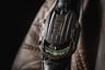 """Часы UR-105 CT «Maverick» (в переводе «Белая ворона») — новая версия модели UR-105 CT с сателлитным указателем часа в корпусе из бронзы и титана, чем-то напоминающем физиономию Чужого. «""""Maverick"""" покидает мастерскую необработанной. Отделка происходит на запястье владельца: все происходящее с ним способствует завершению метаморфозы часов», — комментирует Мартин Фрай, главный дизайнер и соучредитель компании Urwerk."""