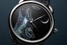 Самое необычное в этой модели в 41-миллиметровом корпусе из белого золота — ее «главный герой» — воющий на луну волк. Его изображение на эмали на золотом циферблате написали миниатюристы дома по мотивам платка-каре Awooooo (автор рисунка каре — художница Алиса Шерли). Часы оснащены автоматическим калибром Hermès H1837.