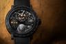 Жером де Витт реализовал усложнение GMT в своих новых часах в брутальном 46-миллиметровом корпусе. Фирменная цепная передача DeWitt из 192 элементов, вырезанных из одной заготовки, вращает индикатор день/ночь в виде земного шара в ритме отображения времени заданного часового пояса.