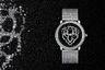 Новая вечерняя модификация хитроумной модели 2017 года Révélation d'une Panthère на базе классических часов Ronde Louis Cartier с механизмом калибра 430 MC с ручным подзаводом. Два года назад по циферблату скользили крошечные золотые шарики, на несколько секунд складывавшиеся в очертание морды пантеры: идея была подкреплена двумя патентами. В нынешнем году золотые шарики сменились крошечными бриллиантами, а кожаный ремешок — бриллиантовым браслетом (общее число камней — 1289).