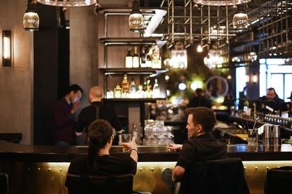 Дорогой ресторан ради борьбы с проституцией запретил девушкам сидеть у бара