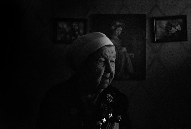 Мария Алексеевна Габузова (92 года) — сейчас проживает в поселке Ваганово, однако в период Блокады работала в качестве регулировщицы на льду Ладоги. <br><br> Регулировщицы играли огромную роль на льду — в пургу водители ориентировались исключительно на них. Регулировщицами были только женщины, так как все мужчины были заняты на фронте или работали водителями. <br><br> Вспоминает, что это была самая странная и тяжелая практика в ее жизни. В тулупе и тяжелых перчатках Мария Алексеевна стояла по 15 часов на тридцатиградусном морозе. <br><br> Было не до чая, все мысли были направлены на то, чтобы выжить. На глазах Марии Алексеевны ушли под воду пять машин с детьми и женщинами. Она вспоминает, что первый раз у нее был шок, но ко всему привыкаешь.