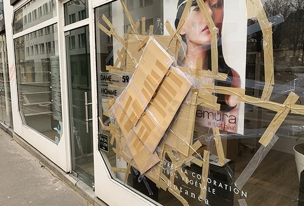 Последствия протестов «желтых жилетов» в центре Парижа