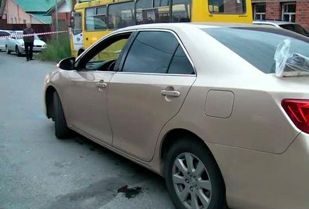 Пулевые пробоины в дверцах золотистой Toyota Camry Романа Оглы