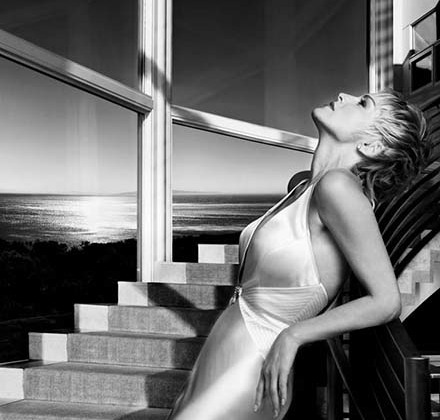 Шэрон Стоун — американская актриса, ставшая знаменитой на весь мир после фильма «Основной инстинкт». Сочетание модельной внешности с недюжинным актерским талантом сделали ее иконой Голливуда.
