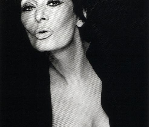 Софи Лорен — итальянский киноидол и первый лауреат премии «Оскар» за лучшую женскую роль в фильме на иностранном языке. Эту награду она получила в 1962 году за роль в ленте «Чочара» с Жаном-Полем Бельмондо.