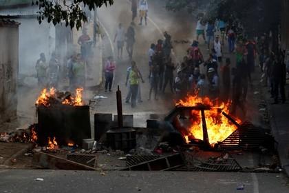Полиция открыла стрельбу в районе военного восстания в Венесуэле