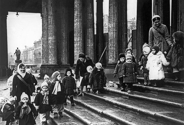 Ребята из детских яслей №237 на ступенях Казанского собора во время прогулки. Ленинград, осень 1941 г.