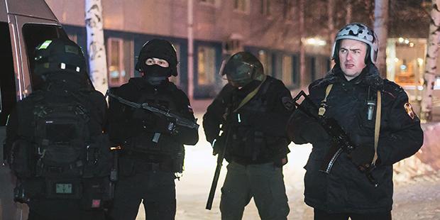Сотрудники правоохранительных органов у аэропорта Ханты-Мансийска