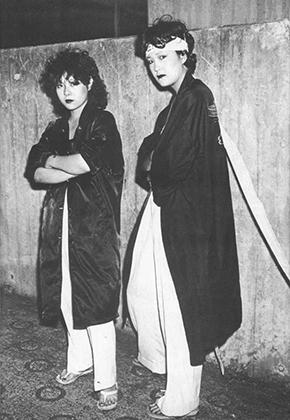 Далеко не всегда сукебан одевались в школьную форму, хотя такой облик и был наиболее популярным в 1960-е. В дальнейшем девушки начали носить и классические кимоно, и хатимаки — белую налобную повязку, символизирующую непреклонность намерений.