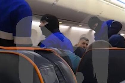 Задержание угонщика российского самолета сняли на видео