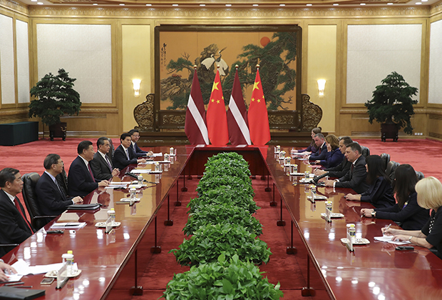 Президент Латвии Раймонд Вейонис на встрече с председателем КНР Си Цзиньпином