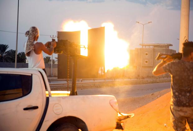 Правительственные силы, поддерживаемые ООН, открыли огонь из зенитного орудия во время столкновений в Вади-Алраби на юге Триполи.