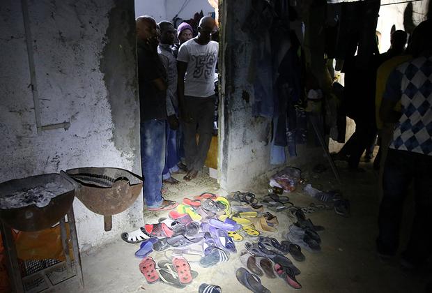 Африканские мигранты столпились во время рейда полиции в здании на окраине Триполи.
