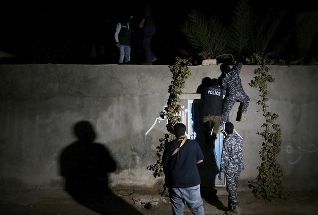 Сотрудники миграционного отделения ливийской полиции совершают налет на здание, где прячутся африканские мигранты.