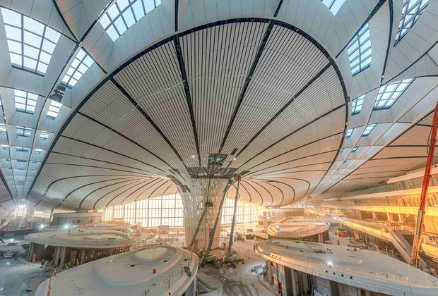 В Дасине семь взлетно-посадочных полос, он сможет ежегодно принимать и отправлять по 620 тысяч рейсов. Аэропорт занимает почти полсотни квадратных километров, для его строительства пришлось сносить и передислоцировать несколько населенных пунктов.