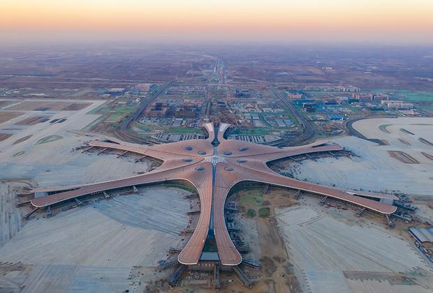 Главный терминал аэропорта Дасин — шестиконечная «звезда» площадью около 700 тысяч квадратных метров. Для сравнения: общая площадь терминала F международного аэропорта Шереметьево — около 95 тысяч «квадратов».