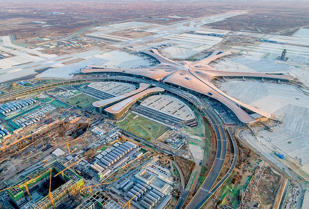 """Весной 2016 года, через пару недель после смерти Захи Хадид, некоторые китайские интернет-пользователи <a href=""""https://lenta.ru/news/2016/04/15/hadiddesignshock/"""" target=""""_blank"""">заметили</a>, что здание нового аэропорта своими очертаниями слегка напоминает интимную часть женского тела. Непристойную дискуссию спровоцировал популярный блоггер Янг Джинлин, разместивший фотографию 3D-модели терминала на своей странице в социальной сети Weibo."""