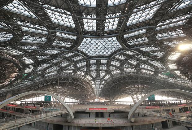Гигантская «паутина» аэропорта уже готова. Пекин Дасин будет абсолютно безбарьерным: в 2022 году ему предстоит встречать участников XIII Паралимпийских зимних игр.