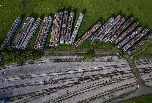 Заброшенные поезда на вагоностроительном заводе в Белграде, Сербия.