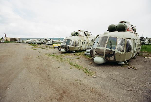 Кладбище вертолетов под Санкт-Петербургом, на территории 419-го авиаремонтного завода. В основном стоят Ми-8 и Ми-24.