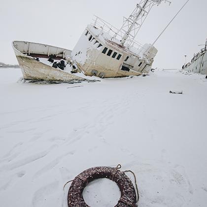 Два брошенных судна в угольной гавани Морского завода в Кронштадте— плавучая мастерская и корабль сопровождения.