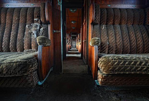Заброшенный «Восточный экспресс». Один из пяти уникальных поездов, которые ходили от Парижа до Стамбула, нынче стоит в небольшом городке в Бельгии. Даже в заброшенном состоянии его вагоны производят впечатление невероятной роскоши. Мягкие кресла обиты бархатистой тканью, что добавляет особого колорита.