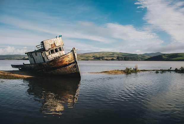 Заброшенный рыбацкий корабль Point Reyes в одноименном национальном парке недалеко от Сан-Франциско, США.