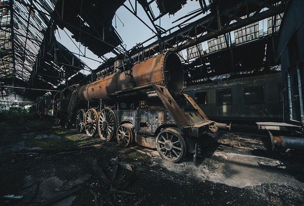 Заброшенные старые поезда в депо Будапешта, Венгрия.